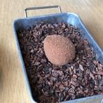 L'eau Blanche - *チョコボール・・中心はナント「赤ワインなどで調理したウズラの卵」、それをチョコなどでコーティング。 食感もお味も面白い品。
