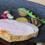 L'eau Blanche - *キレイな豚肉です。ソースはフォンドボーベースの何とかと言われたのですが聞き取れず・・(^^;) フォンドボーの風味が強くないので味わいはまろやか。豚肉によく合いますね。
