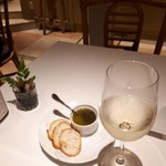 94405608 - タプナードがいいお味。                         グラスワイン白¥600安い!