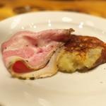 グシテ - マッシュポテトにチーズのおやき(おいしい!)、黒豚のスライス。