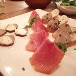 ウルトラチョップ - 前菜3種盛り合わせ ・いぶりがっこのマスカルポーネ乗せ ・鶏の白レバーパテ ・スペイン産生ハム ~ハモンセラーノ~