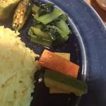 らくしゅみ - 付け合わせのオクラ、青菜、ピクルス