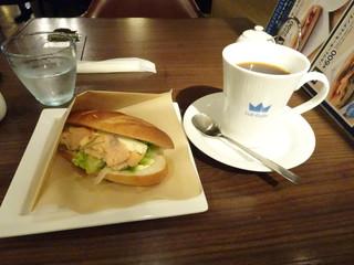 オスロ コーヒー 横浜ザ・ダイヤモンド店 - ノルウェーサーモンとデンマークチーズのサラダサンド