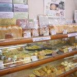 アルル - 菓子パンや食パンの棚