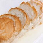 ハチイチベーカリー - 山型食パン 1本 @290円 この日はできたてのため、1本をそのまま持ち帰り、自宅でカット。