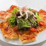 四角いピザでサラダ仕立て~自家製鶏ハムをのせて~