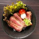 8、牛リブステーキ丼