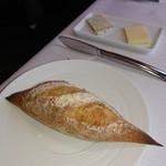 ラ メゾン ドゥ グラシアニ - 自家製のプティバゲットとバター