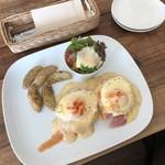 ユイットカフェ - エッグベネディクトと取り皿