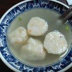 再發號 - 私は特粽と海老団子スープ、相方は粽と魚団子スープを♪粽はかなり大きかったです。具は豚角煮、鶏肉、栗、椎茸、塩漬け玉子など。もち米は柔らかくもっちり。味付けは日本人好み。微かに八角の香りが。スープはあっさりめで胡椒が効いていました。