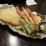 94466683 - 〈油物〉久米島産 車海老と季節のお野菜の天婦羅3点盛り