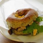 レディオベーグル - 3種キノコとチーズスクランブルエッグ、ベーグルはほうれん草