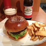 アームズ ピクニック - ハンバーガー 750円、フレンチフライ +150円、ビール +350円