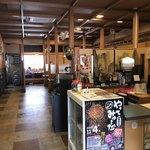 いまり海の郷 玄海丸 - 店内入ると左側はこんなん 右側は小上がり席になってる