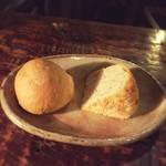 ミチスガラ - パンは熱々、ローズマリーと白ゴマのフォカッチャ