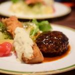 鉄板ステーキ&ワイン En - [ランチ] ハンバーグ&海老フライセット@税込1,200円:別角度で。