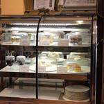 珈琲店みまつ - ケーキはショーケースに入っています。