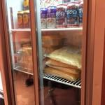 BURGER&MILKSHAKE CRANE - 冷蔵ショーケースにはビールとチーズ