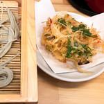 Sobadokoro maruhachi - へぎそば には かき揚げ が付いています