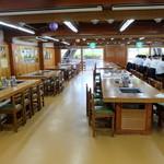 千本松牧場 - 広い店内