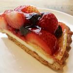 かにわしファクトリー  - berry berryタルト@赤い実にレアチーズのような風味の層がマッチ