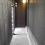 Hikariyahigashi - 入口からこのアプローチを通って玄関に…。
