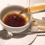 サロン ベイクアンドティー - オーガニックコーヒーを注ぐ
