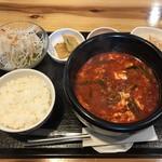 韓国家庭料理 炭火焼肉 しんちゃん - ユッケジャンセット 880円