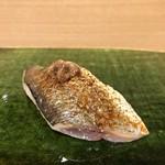 親方 前田康衛 - 秋刀魚の炙り 肝を添えて