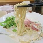 鯛塩そば 縁 - 麺は角ばった細麺ストレート。