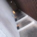 kayakaya - ここから入ります。壁が格子戸。