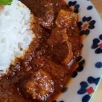 タマガワカリードットコム - ポークビンダルー。お肉、ごろごろです。ビネガーの酸味がいいです。