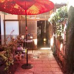 川原町屋 - カフェのある蔵側から母屋を見たところ。赤い和傘が素敵♡