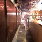 川原町屋 - 格子戸を開け、中に入ると奥行きがあることにまずは驚くと思います!カフェはこのずっと先!