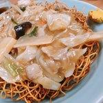 香蘭亭 - 五目焼きそば¥750.-。これまた美味しい✨揚げた麺が下にあり、あんがかかっています。この後目玉焼を乗せて食べました♪