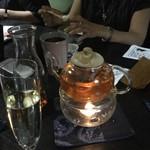 中国精進料理 凛林 - 美しく揺らめいているジャスミンティの炎がテーブルを華やかにしてくれていた