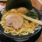 横浜家系ラーメン 町田商店 - しっかり太麺