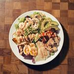 ローストチキンとアボカドのコブサラダ