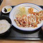 カラフル食堂 那の川店 - ワンコインの日替わり定食。鶏南蛮定食500円。通常価格は680円。油揚げとワカメのお味噌汁と白ごはん・漬物付き。