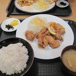 カラフル食堂 那の川店 - 唐揚げ定食500円。通常価格680円が500円。大きめサイズが6切れ。盛り付けスタイルは全定食共通です。