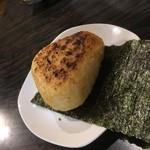 炉端のユーカラ - 焼きおにぎり(味噌味)鮭380円