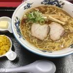 らーめんや天金 - 料理写真:正油ラーメン700円におもてなし券の恩恵別添え