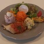 カフェナンバースリー ベジタブルパンケーキ - 料理写真:彩り野菜のチキンプレート 1,300円