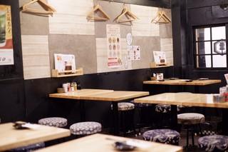 ねぎま 三ぞう 新橋店 - 一階のテーブル席