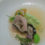 キッチン イトウ スタイル - 厚岸の牡蠣  を 50〜60度の低温の塩水で ポッシュ(蒸し煮)して 旨味を凝縮       枝豆ムースと 供に〜〜。   それぞれ 味わいたいかなあ 〜〜