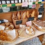 杜のパン屋 - レジ近くにカンパーニュ