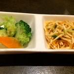 陳家私菜 - 糸切り押し豆腐の辣油和えと野菜のピクルス(お通し)