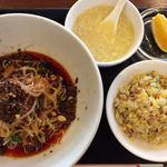 94577118 - 四川汁なし担々麺+半チャーハン 850円。                       微辛・中辛・激辛から辛さを選べます。
