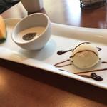 八兵衛 - デザートです。バニラアイスクリーム、ココナッツミルク、メロンの3品。果物は、季節によって変わります!
