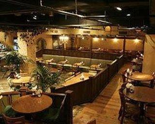 カフェ ラ・ボエム - 中二階のテーブル席。少人数でゆっくりお食事する方向けです。
